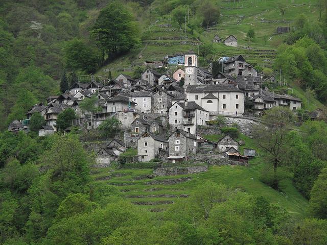 Resultado de imagen de pueblo entre montañas