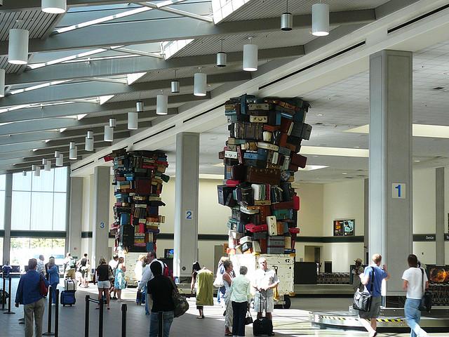 escultura en aeropuerto Sacramento