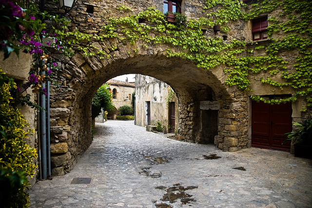 http://viajes.101lugaresincreibles.com/wp-content/uploads/2013/06/peratallada-pueblos-medievales-girona.jpg