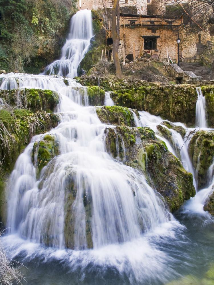 orbaneja-cascada-pueblo
